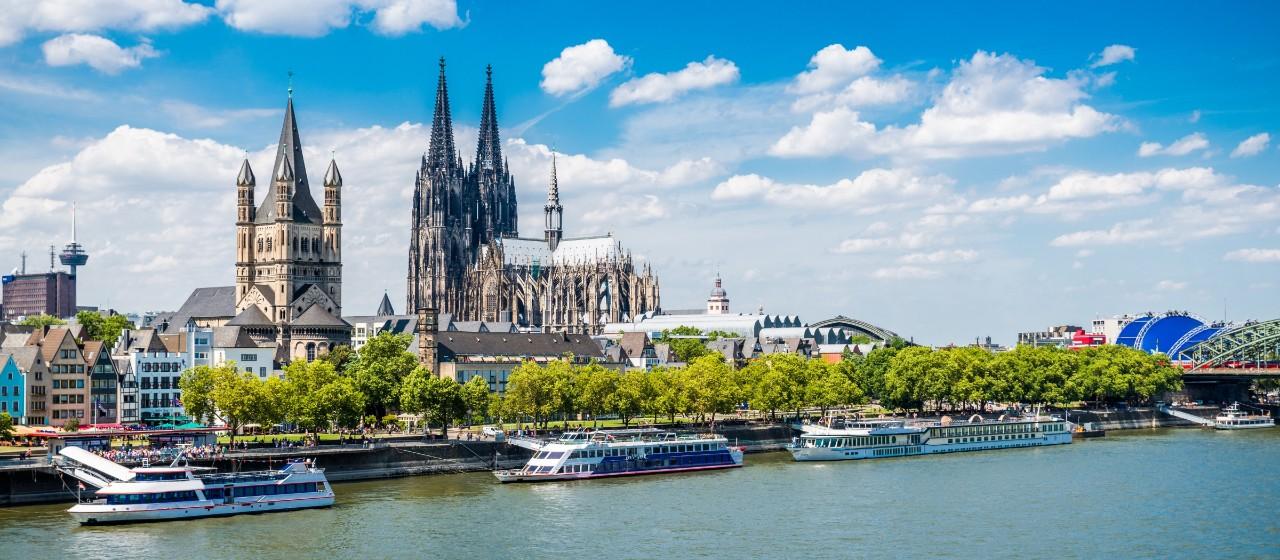 Ausblick auf Stadt Köln mit Dom und Rhein