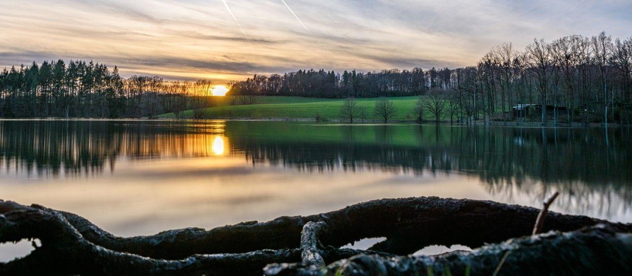 Bevertalsperre bei Sonnenuntergang im Oberbergischen Kreis