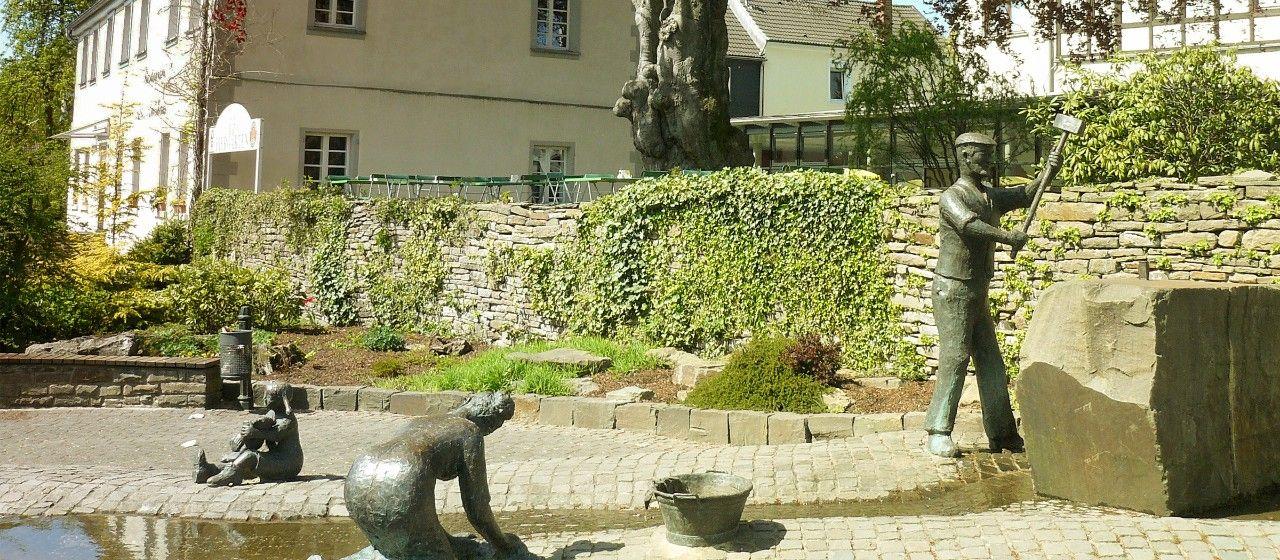 Arbeitende Bronzefiguren im Brunnen in Lindlar