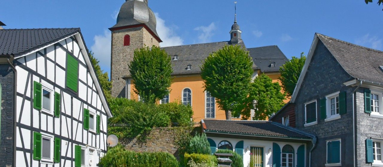 Gebäude und Kirche in Reichshof-Eckenhagen