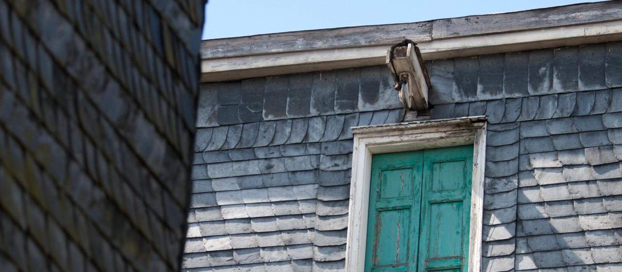 Alte Fassade mit Seilzug und grünne Fensterläden in Wipperfürth