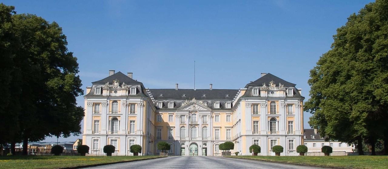 Prunkvolle Frontansicht der Fassade des Schloss Augustusburg in Brühl