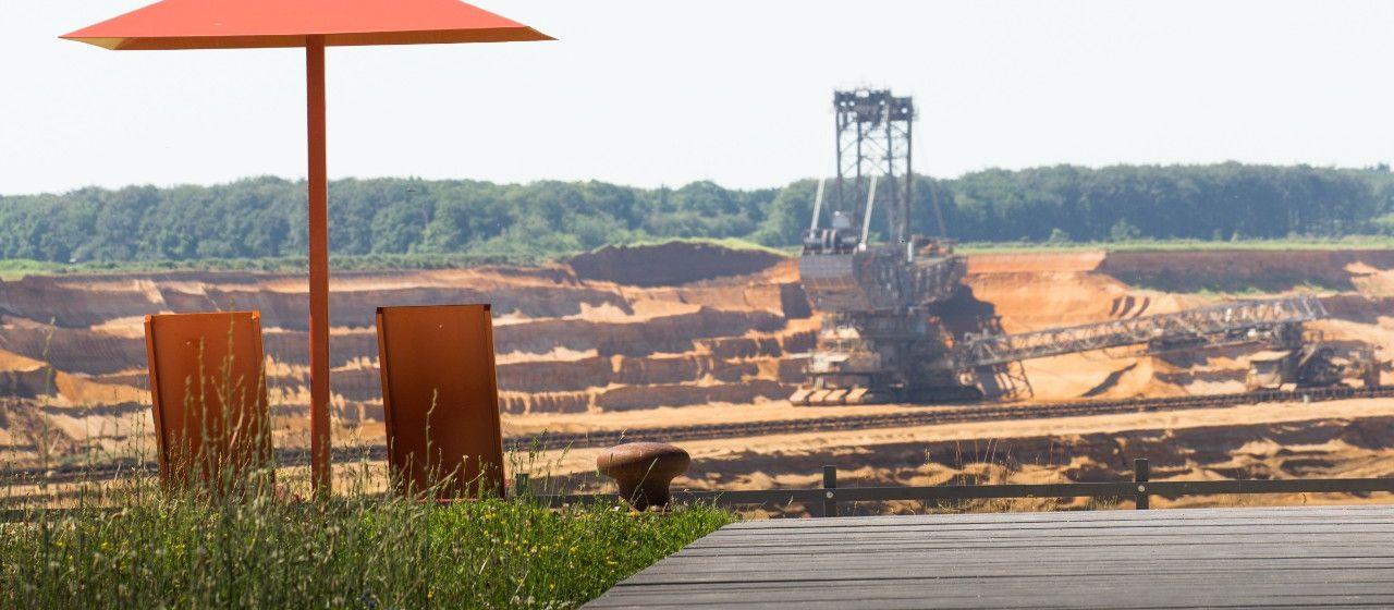 Aussicht auf Abbaugebiet mit Bagger bei Elsdorf