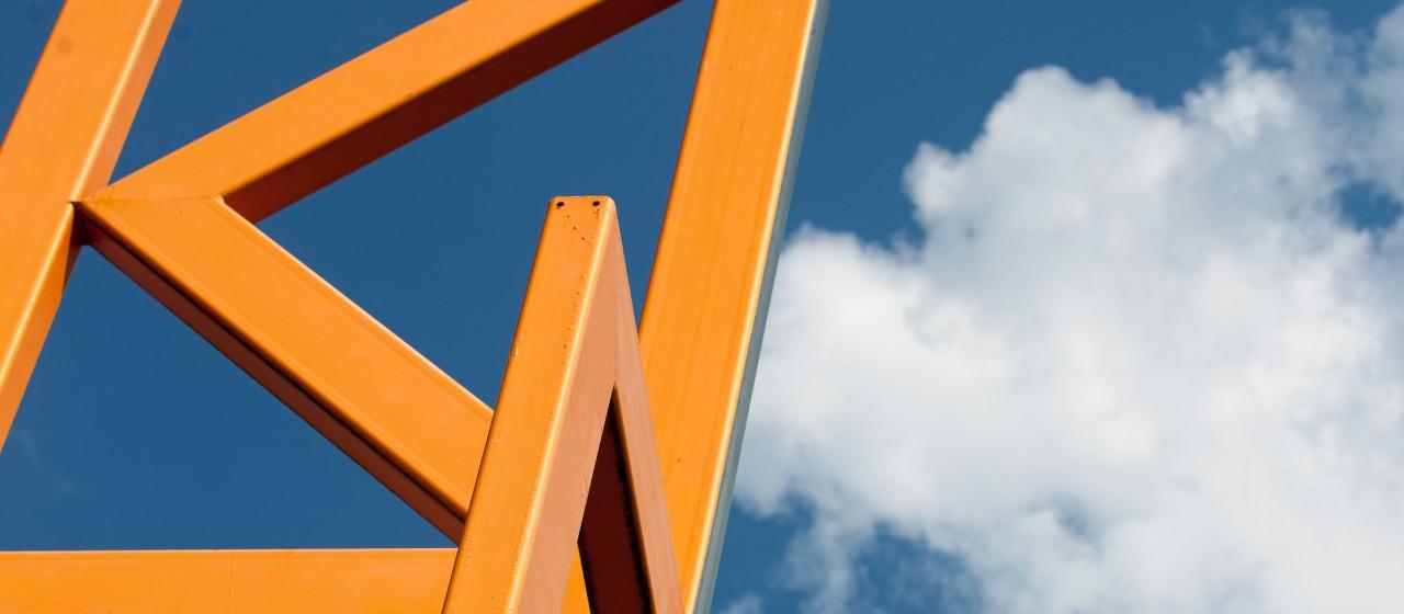 Orangenes Metallgerüst in Kerpen