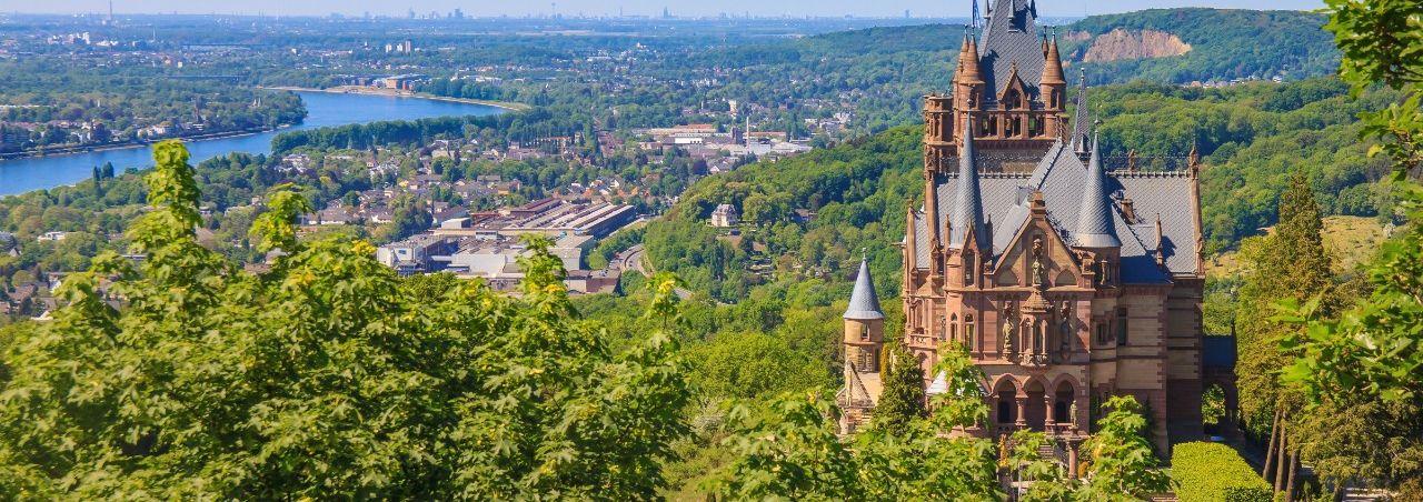Ausblick auf das Schloss Drachenburg im Siebengebirge