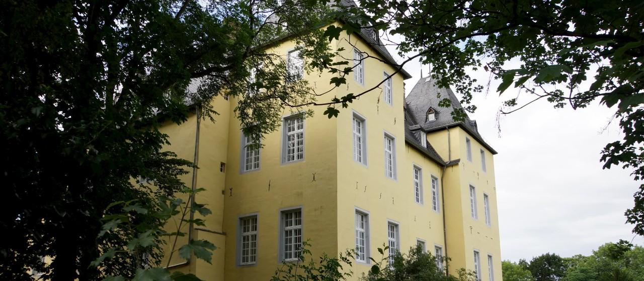 Gelbe Fassade eines alten Gebäudes in Alfter