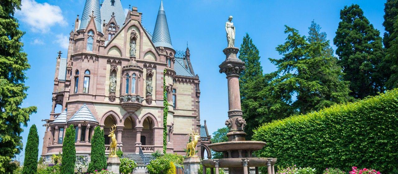 Außenansicht des Schlosses Drachenburg mit Garten