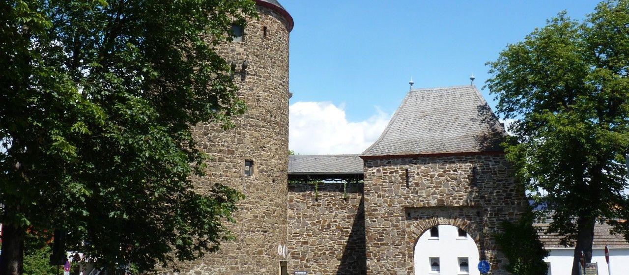 Mauer und Turm am zentralen Platz in Rheinbach
