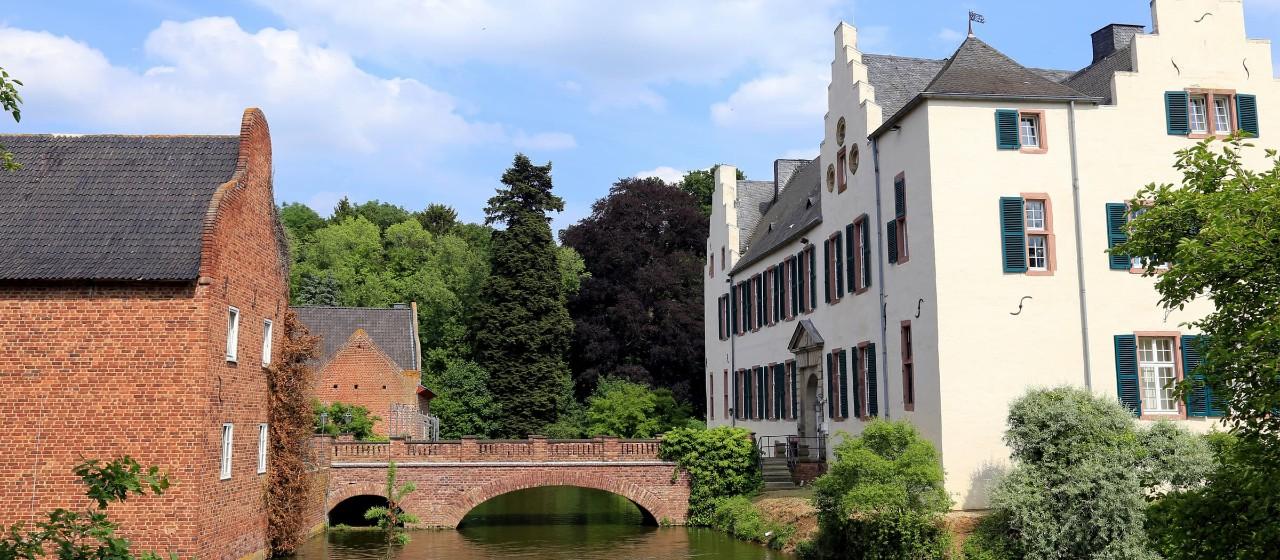 Gewässer und Häuserfassaden der Burg Heimerzheim