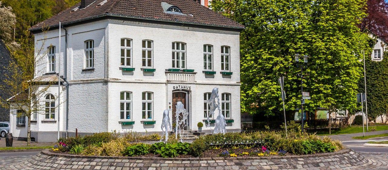 Brunnen und Eingang des Rathauses in Odenthal