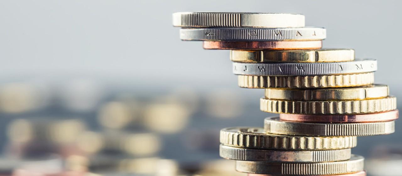 Münzen zum Turm gebaut