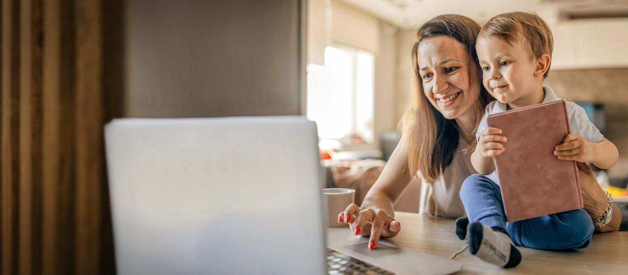 Familie mit Geld und einem Sparschwein