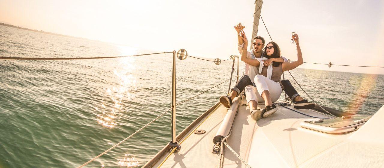Pärchen auf einem Segelboot